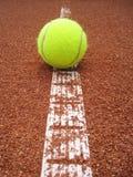 与球(25)的网球场线 库存照片