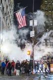 НЬЮ-ЙОРК, США - 25-ОЕ НОЯБРЯ: Пешеходы ждать для того чтобы пересечь улицу Стоковое фото RF