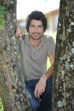 25 lat mężczyzna przycupnięć Zdjęcia Royalty Free