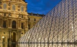 25 Parijs-APRIL: Het Louvre bij schemer Stock Fotografie