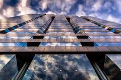 反射在现代玻璃建筑学的晚上天空在250西部 免版税库存图片