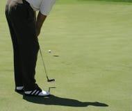 打高尔夫球轻轻一击 免版税库存图片