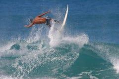 捉住夏威夷冲浪者冲浪的航空 图库摄影