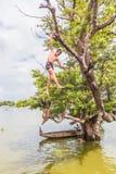 26 myanmar-augustus, 2014: Myanmar kinderen sprongen Stock Afbeeldingen
