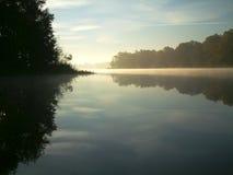 有薄雾的湖 免版税库存图片