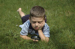 本质观察小孩 免版税库存照片