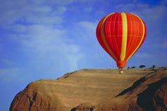 气球飞行墨西哥新在红色岩石 免版税库存图片