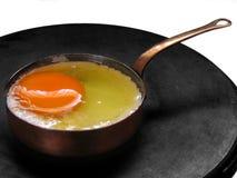 油煎微型平底锅的鸡蛋 免版税图库摄影