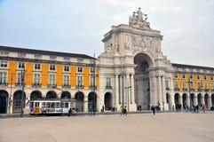 第28辆电车在里斯本 免版税库存照片