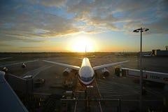 28. Juni 2012 - aktualisierte amerikanische Fluglinie an der Dämmerung Stockbilder