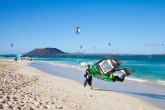 28 Kwiecień corralejo kitesurfers Spain Zdjęcia Stock
