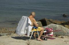 海滩读取 免版税库存图片