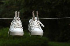 湿的运动鞋 库存图片