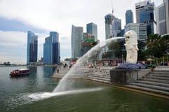 29.08.2010 - Merlion en la bahía del puerto deportivo en Singapur. Imagenes de archivo
