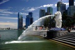 29.08.2010 - Merlion en la bahía del puerto deportivo en Singapur. Imágenes de archivo libres de regalías