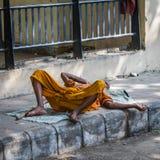 ДЕЛИ, ИНДИЯ 29-ОЕ АВГУСТА: Индусский спать на улице 2-ого августа Стоковое Изображение RF