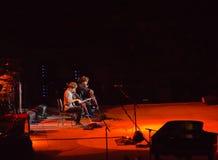 2cellos s'ouvre pour Elton John à Singapour le novembre 2011 Images stock