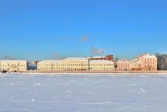 2Saint-Petersburg. Argine dell'università in inverno Fotografie Stock