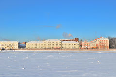 2Saint-Petersburg. Universitaire Dijk in de winter Stock Foto's