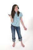 3个女孩听的音乐青少年对年轻人 库存照片