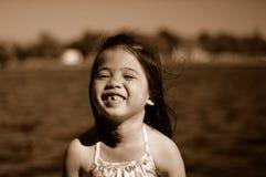 3个孩子微笑 免版税库存照片