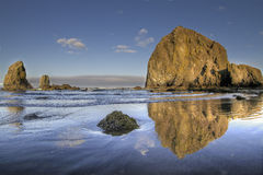 3个海滩大炮干草堆反映岩石 免版税图库摄影