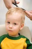 3个男孩剪切头发 免版税库存照片