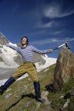 3个登山人兴奋山 库存照片