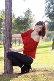 3个美丽的倾斜的结构树妇女年轻人 免版税图库摄影