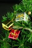 3个配件箱圣诞节装饰了结构树 免版税库存图片