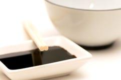 3双碗筷子调味大豆 免版税库存照片