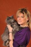 3只猫逗人喜爱的性感的妇女 免版税库存图片
