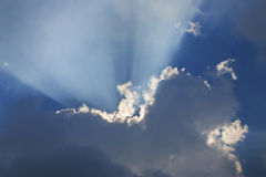 3后面云彩光芒 库存图片