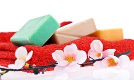 3块肥皂和花 库存图片