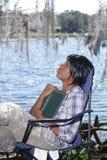 3户外读的妇女 免版税库存图片