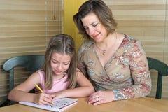 3执行的家庭作业一起 免版税库存图片