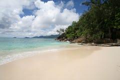 3朵海滩云彩 免版税库存图片