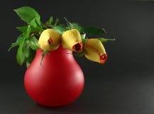 3朵黑暗的玫瑰 免版税库存照片
