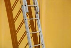 3梯子墙壁黄色 免版税图库摄影