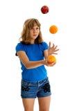 3玩杂耍橙色青少年的苹果 免版税库存图片