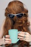 3美丽的咖啡杯红头发人 图库摄影