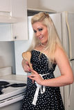 3美丽的白肤金发的厨房 免版税库存照片