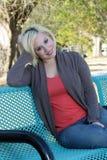 3美丽的长凳白肤金发的偶然公园 免版税库存图片