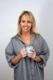 3美好饮料金发碧眼的女人享用热 免版税库存图片
