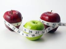 3 Äpfel kreisten mit messendem Band ein Lizenzfreie Stockfotografie