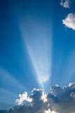 3 μπλε ηλιαχτίδες σύννεφω&nu Στοκ Φωτογραφία