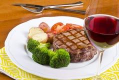 3 ψημένο στη σχάρα βόειου κρέατος κρασί μπριζόλας γυαλιού κόκκινο Στοκ Φωτογραφία