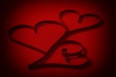 3 бумажных сердца на красной бумаге Стоковые Изображения RF