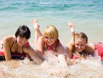 3 девушки на seashore Стоковые Фотографии RF