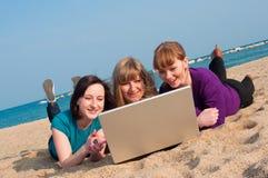 3 девушки с компьтер-книжкой Стоковое Фото